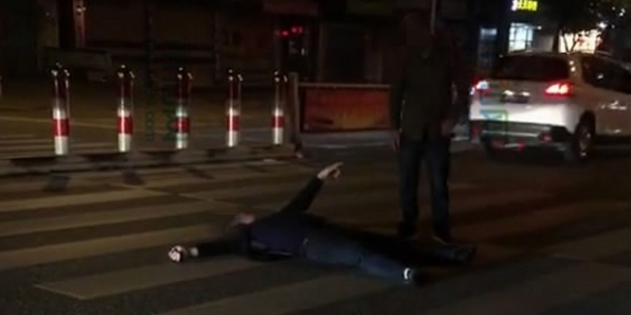 白色情人节,筱塘有个男的躺斑马线上撒娇