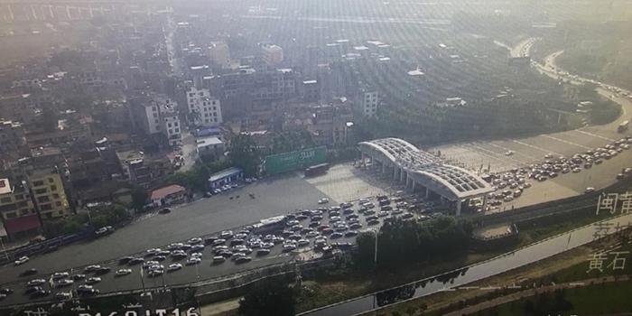 黄石高速入口一早大?#25237;率?#20102;,目测堵了好几公里!