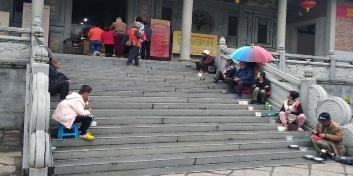 什么情况?今天梅峰寺门口围了这么多乞丐