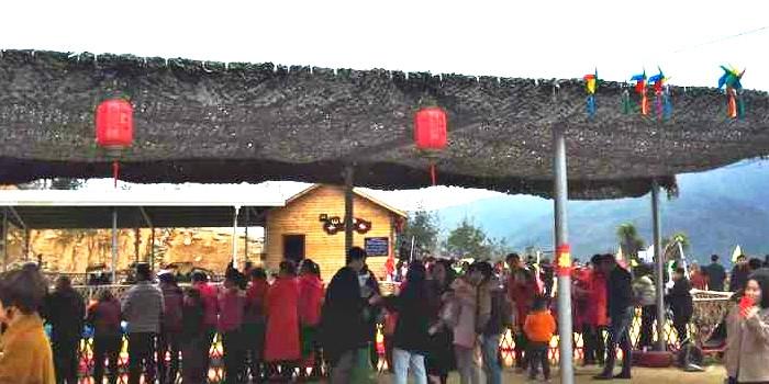 人从众....大年初二的萩芦崇福村挤爆了