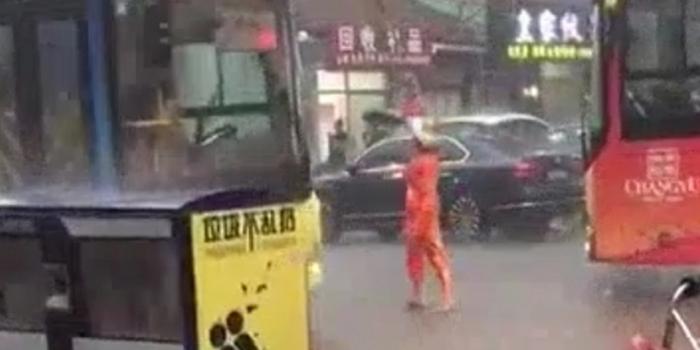莆田最美清洁工,冒着大雨用棍子顶起电线!