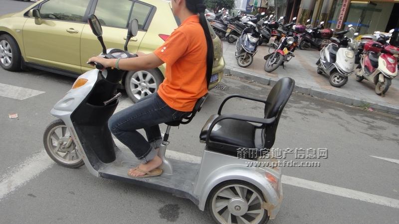 街拍骑电动车西装女