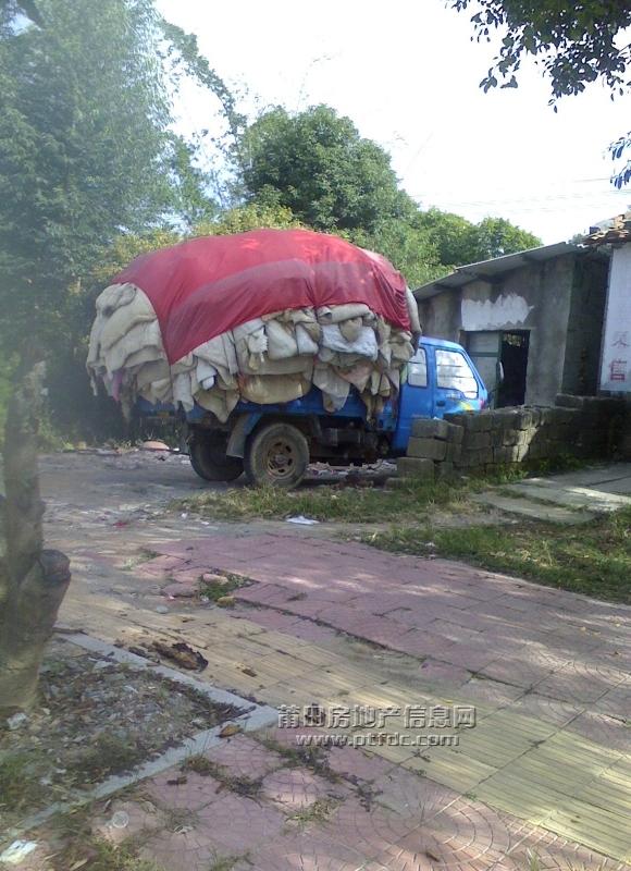 莆田第一看守所对面装载的一车脏旧棉被