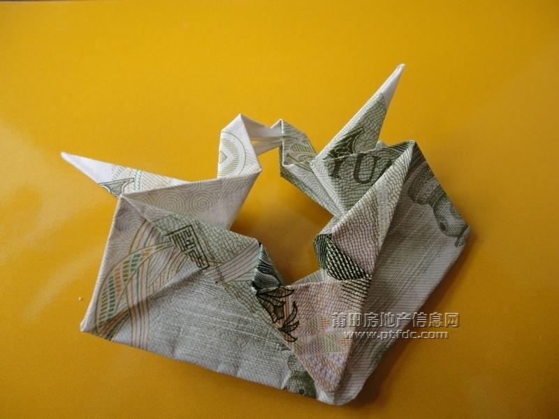 """一元钱折成的""""鸳鸯千纸鹤"""""""