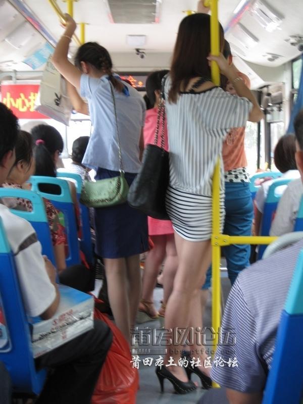 偷拍公交车上的高挑美女 制服诱惑!