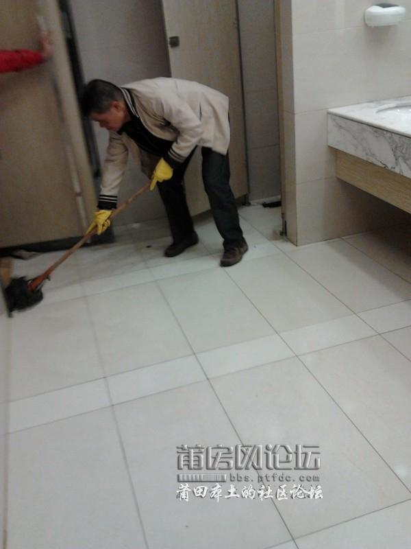 女洗手间碰上了男保洁员,他不尴尬,我好尴尬