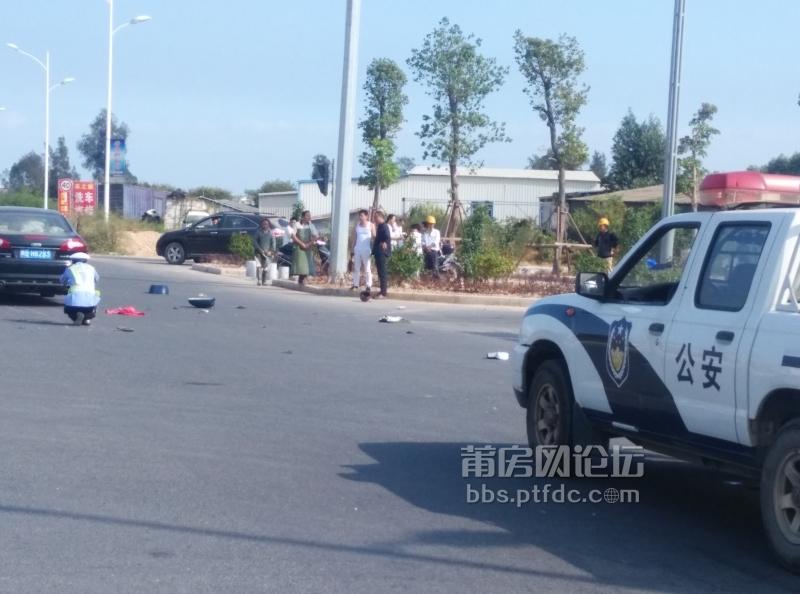 涵江南环城路发生电动车和小车相撞,电动车解体近半高清图片