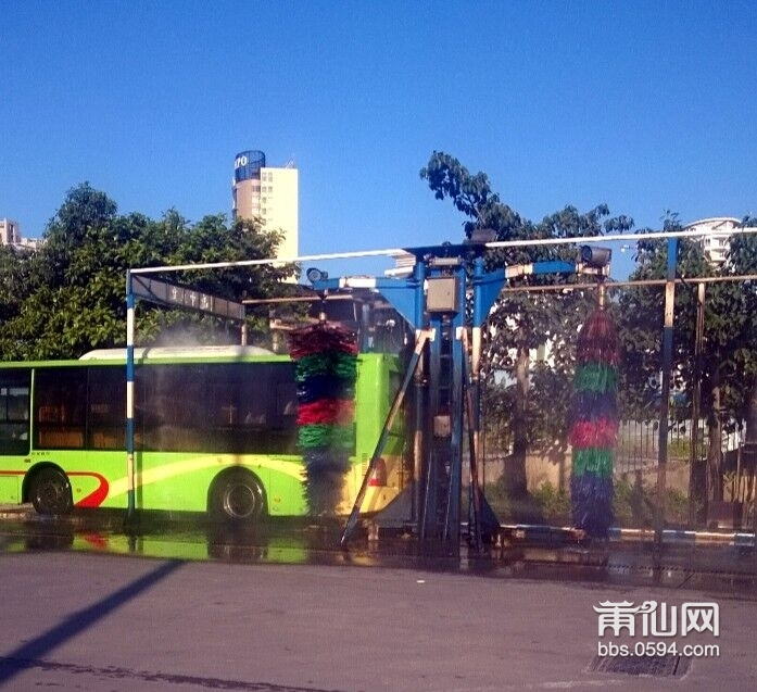 自动洗公交车,好像很厉害的样子