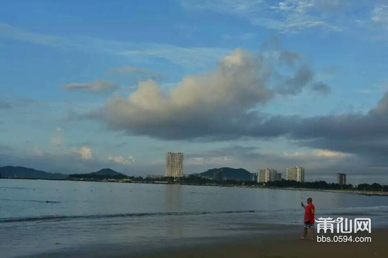 夕阳西下,我们漫步在马銮湾海滨浴场,只见蓝天下的大海,海水碧绿中又