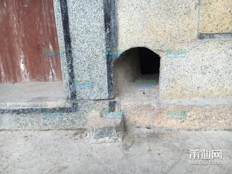 以前的房子都会在大门的一侧留一个狗洞