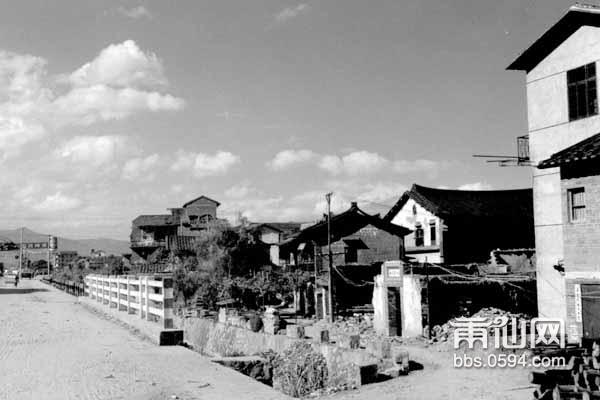 过去出东门就是兴化平原的北洋。在这城乡结合部是农贸小集市。左图摄于2009年,右图摄.jpg
