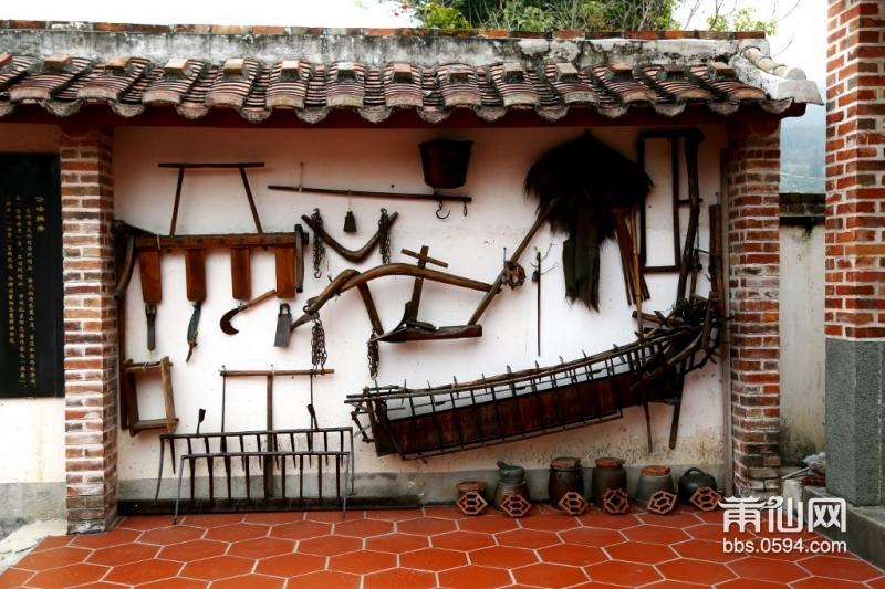 北院墙上的农具