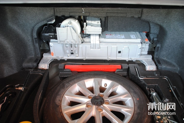 如果给你选择30万左右的车型,你会选择什么车呢,也许混合动力的新凯美瑞是不错的选择,对于2.4的排量,百公里油耗仅需5-6升,适合商务用车,这位车主每年要跑3万公里,油都可以省下1-2万。 新凯美瑞改装升级方案: 主机:先锋发烧系列主机 DEH-P99RS 前喇叭:PHD发烧级喇叭FB6.