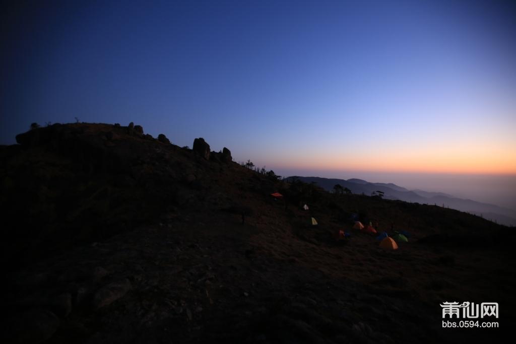 这是我本次第一张拍摄的作品,打开帐篷往外面看去,很兴奋眼前出现2018年的第一个日出的晨光,美丽极了。