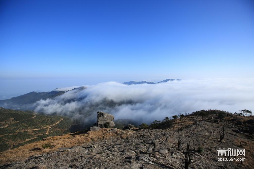 云海-俯视时看到的如海涛起伏的云,泛指海天高远;苍茫空阔之境。