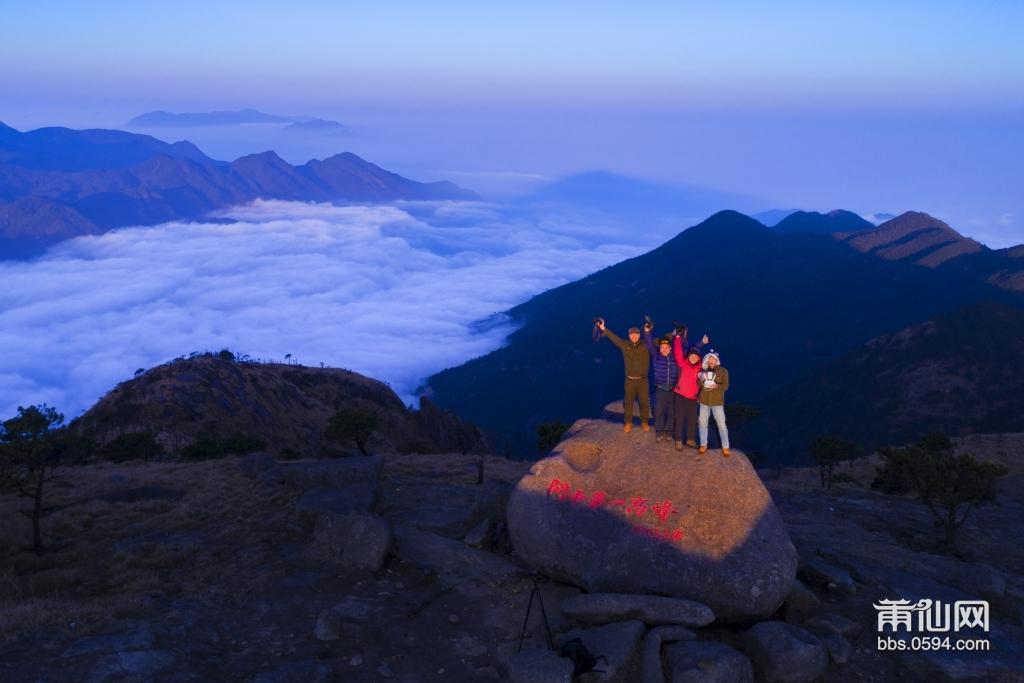 航拍闽高峰加云海的角度作品是明安老师拍摄。