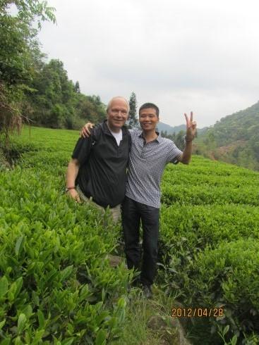 我和老盖在茶山.jpg