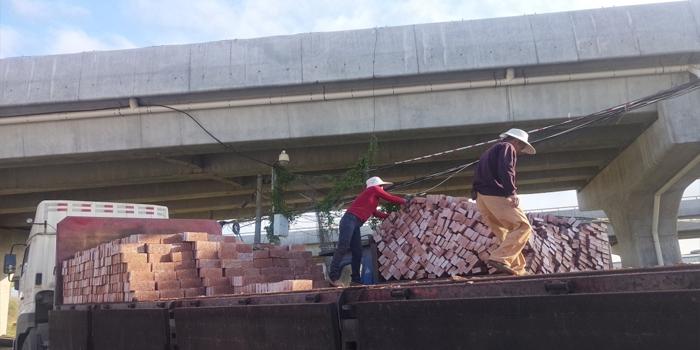 莆田搬砖夫妻的生活,一天搬近2万块砖头