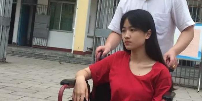 這是仙游今年最美考生,所有人目光都聚集在她身上