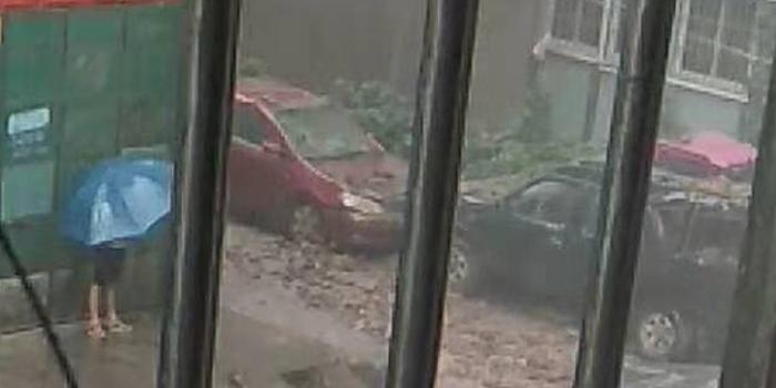 昨天下午一場突來的大雨,鳳達花園兩輛車被磚頭砸了!