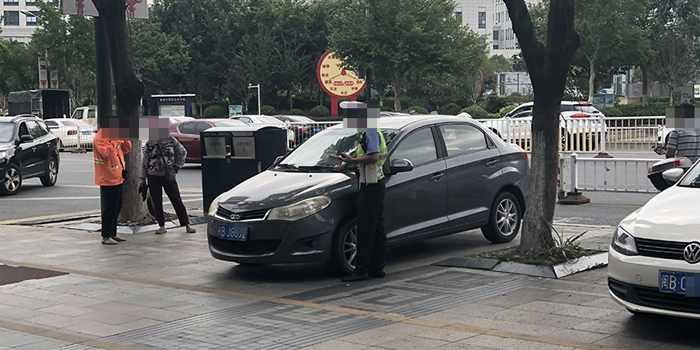 开始了!一大早路上好多车子被贴罚单,别再乱停车